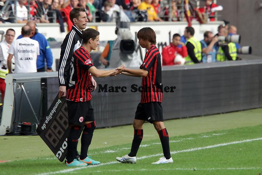 Takashi Inui (Eintracht) ist ueber seine Auswechslung enttaeuscht, Stefano Celozzi kommt