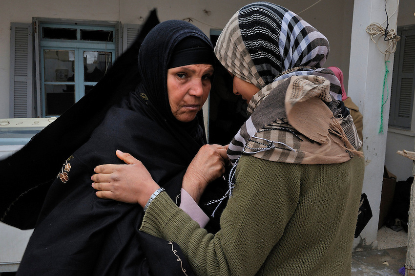 La mere Mannoubia 49 ans et sa fille Basma 15 ans soeur de Mohamed BOUAZIZI le martyr tunisien qui s est immol?. The mother Mannoubia and sister Basma of Mohamed BOUAZIZI. .©Benoit Schaeffer