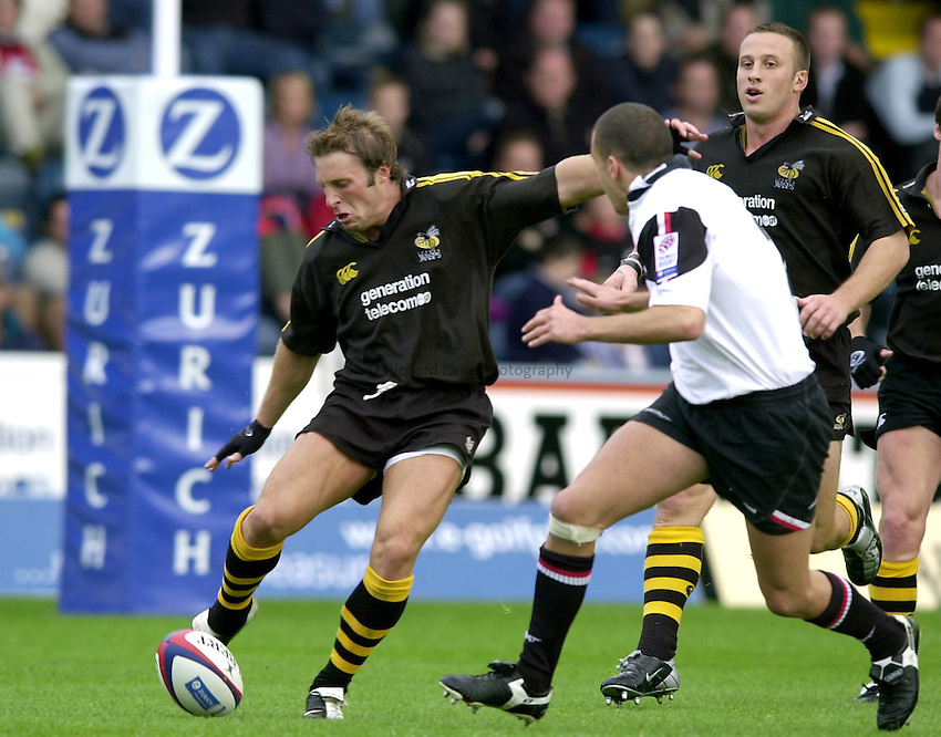 Photo. Richard Lane.London Wasps v Saracens. Zurich Premiership. 22/09/2002..Paul Sampson kicks clear