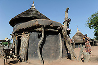 SOUTH SUDAN  Bahr al Ghazal region , Lakes State, traditional clay hut of Dinka tribe  / SUED-SUDAN  Bahr el Ghazal region , Lakes State, traditionelle Lehmhuette der Dinka Ethnie