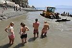Foto: VidiPhoto<br /> <br /> AGIOS FOKAS &ndash; De veelal Nederlandse toeristen worden dinsdag verjaagd door een shovel, bij de geneeskrachtige Embros Thermen op het Griekse eiland Kos. De Embros Thermen ondergaan op dit moment een ingrijpende renovatie, waarbij de dichtgeslibde warmaterbron wordt uitgediept en de dam van stenen tussen zee en thermen wordt versterkt en afgedicht. Vervelend voor de toeristen die een flinke tocht hebben gemaakt om de thermen te bereiken. Tussen het werk door proberen ze echter toch nog even in het modderige water te badderen. Deze maand zijn er meer Nederlandse toeristen op Kos dan er ooit in mei zijn geweest, aldus vakantie-aanbieder Corendon. Oorzaak is mogelijk de relatief lage hotelkosten op het eiland vanwege de crisis. Om de belasting te kunnen (blijven) ontduiken vragen winkels, horeca en verhuurbedrijven aan toeristen contant te betalen en niet met pin.