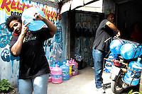 RIO DE JANEIRO; RJ; 29.10.2013 - Nesta terça-feira ainda a Cedae não restabeleceu o fornecimento de água  no Recreio dos Bandeirantes e outros bairros da zona oeste da cidade, onde algumas pessoas tentam encontrar alternativas para após cinco dias sem água, seguir seu dia a dia com certa normalidade. FOTO: NÉSTOR J. BEREMBLUM - BRAZIL PHOTO PRESS.
