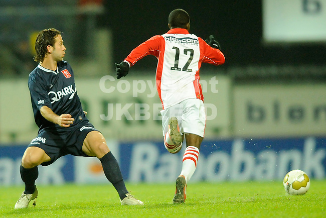 EMMEN - Voetbal, FC Emmen - MVV Maastricht, Jupiler League, Unive stadion, seizoen 2011-2012, 25-11-2011 MVV speler Tom Daemen (l) wordt gepasseerd door Emmen speler Matthieu Bemba.