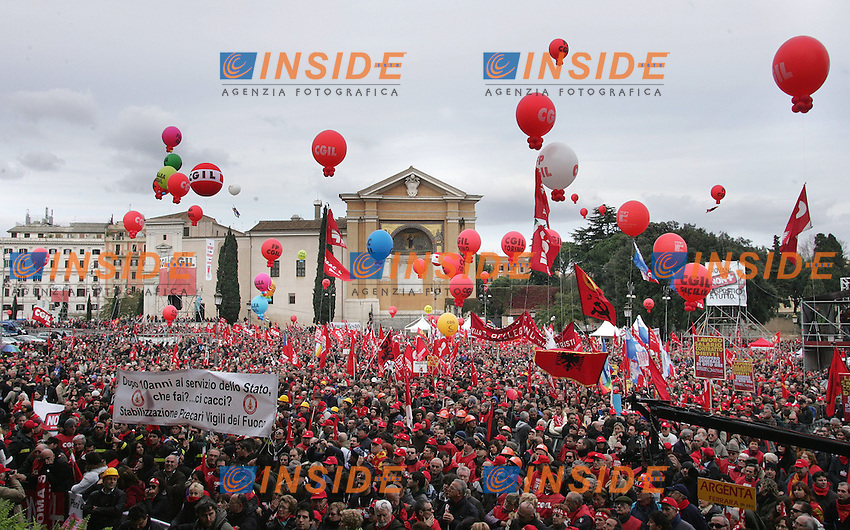"""Il Corteo a Piazza San Giovanni...CGIL - Manifestazione Nazionale """" Il Futuro e' dei Giovani e del Lavoro""""..Roma, 27 Novembre 2010...Photo  Serena Cremaschi Insidefoto.........."""