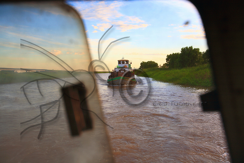 Here and there, the Bracho passes another beekeeper's barge. They know and greet each other…. Nearly 40 % of the professional beekeepers of the Entre Rios province possess less than 200 hives.