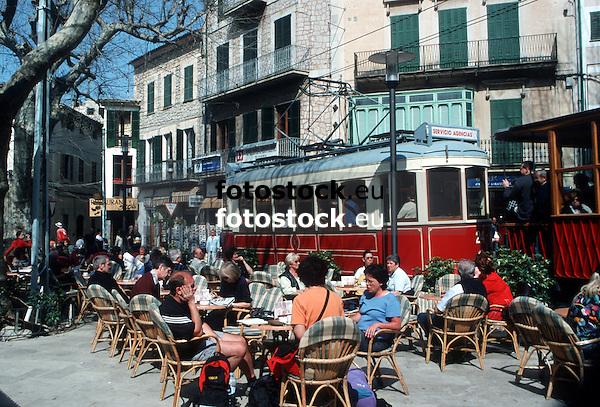 Ancient tramway crossing the main square with pavement cafes in S&oacute;ller<br /> <br /> Antigua tranv&iacute;a cruzando la Plaza de la Constituci&oacute;n en S&oacute;ller con cafeter&iacute;as de terraza<br /> <br /> Alte Stra&szlig;enbahn &uuml;berquert den Hauptplatz mit Stra&szlig;encaf&eacute;s von S&oacute;ller<br /> <br /> 2571 x 1742 px<br /> Original: 35 mm slide transparency