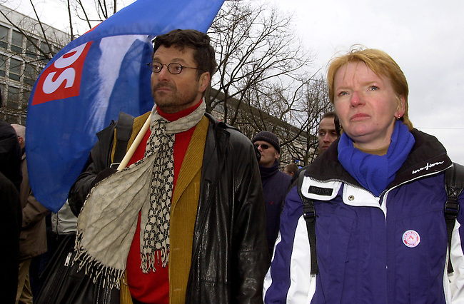Demonstration gegen Irak-Krieg in Berlin<br /> Mehr als 500.000 Menschen (inoffizielle Polizeiangaben sprechen von fest 1 Million) demonstierten am Samstag den 15. Februar 2003  unter dem Motto &quot;NEIN zum Krieg gegen Irak - NO war on Iraq!&quot; gegen einen drohenden Krieg gegen den Irak.<br /> In zwei Demonstrationszuegen zogen die Demonstranten zum Siegessaeule im Bezirk Tiergarten.<br /> Hier: Die PDS-Bundesvorsitzende Gabi Zimmer (rechts) und Bundesvorstandsmitglied Dieter Dehm.<br /> 15.2.2003, Berlin<br /> Copyright: Christian-Ditsch.de<br /> [Inhaltsveraendernde Manipulation des Fotos nur nach ausdruecklicher Genehmigung des Fotografen. Vereinbarungen ueber Abtretung von Persoenlichkeitsrechten/Model Release der abgebildeten Person/Personen liegen nicht vor. NO MODEL RELEASE! Nur fuer Redaktionelle Zwecke. Don't publish without copyright Christian-Ditsch.de, Veroeffentlichung nur mit Fotografennennung, sowie gegen Honorar, MwSt. und Beleg. Konto: I N G - D i B a, IBAN DE58500105175400192269, BIC INGDDEFFXXX, Kontakt: post@christian-ditsch.de<br /> Bei der Bearbeitung der Dateiinformationen darf die Urheberkennzeichnung in den EXIF- und  IPTC-Daten nicht entfernt werden, diese sind in digitalen Medien nach &sect;95c UrhG rechtlich geschuetzt. Der Urhebervermerk wird gemaess &sect;13 UrhG verlangt.]