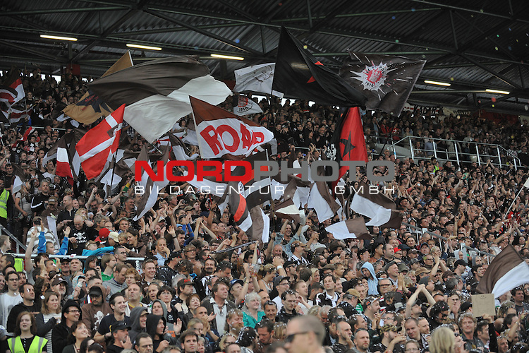 19.07.2013,  Millerntor-Stadion, Hamburg, GER, 2. FBL, 1.FC St.Pauli (GER) vs TSV Muenchen 1860 (GER), im Bild Feature Fans von Pauli // during match at Millerntor-Arena 2013/07/19, Hamburg    Foto © nph / Witke