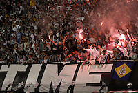 SANTOS,SP,20 JUNHO 2012 - COPA SANTANDER LIBERTADORES - CORINTHIANS x SANTOS - Torcedores do Corinthians durante partida Corinthians x Santos  válido pela semi final da Copa Santander Libertadores no Estádio Paulo Machado de Carvalho (Pacaembu), na zona oeste de São Paulo na noite desta quarta feira (20). (FOTO: ALE VIANNA -BRAZIL PHOTO PRESS).