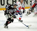 Deutscher Eishockey Pokal 2003/2004 , Halbfinale, Arena Nuernberg (Germany) Nuernberg Ice Tigers - Koelner Haie (1:3) Boris Blank (Koeln) im Angriff, hinten Steve Larouche (Nuernberg)