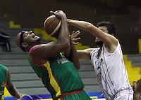 BOGOTA -COLOMBIA, 20-MARZO-2015.  Leonardo Vargas  jugador de Piratas de Bogota en   accion contra  Cassiani Diomedes  de Marinos Bolivar   durante partido de la Novena fecha de la Liga DIRECTV 2015-1 de baloncesto  jugado en el coliseo el Salitre . Piratas vencio 108 a 69 Marinos   . / Leonardo Vargas    of Piratas de Bogota  in action against  Cassiani Diomedes  of Marinos Bolivar    during  game of  the ninth round of the liga  DIRECTV 2015-1 of Basketball  played at the Coliseum Salitre . Piratas won 108 to 69 against Marinos Photo / VizzorImage / Felipe Caicedo  / Staff
