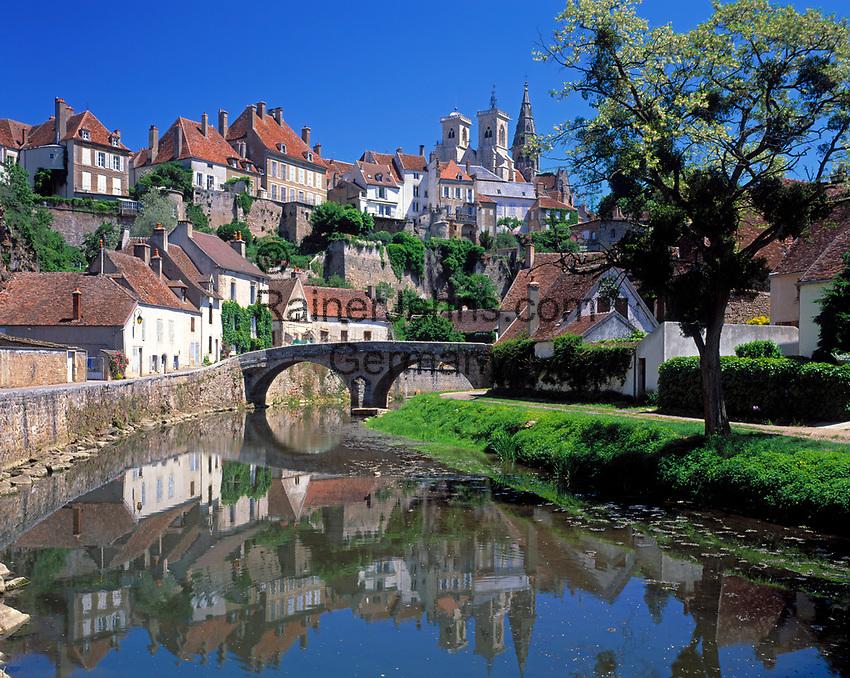 Frankreich, Burgund, Côte d'Or, Semur-en-Auxois: malerische Kleinstadt am Fluss Armançon | France, Burgundy, Côte d'Or, Semur-en-Auxois: picturesque small town at river Armançon