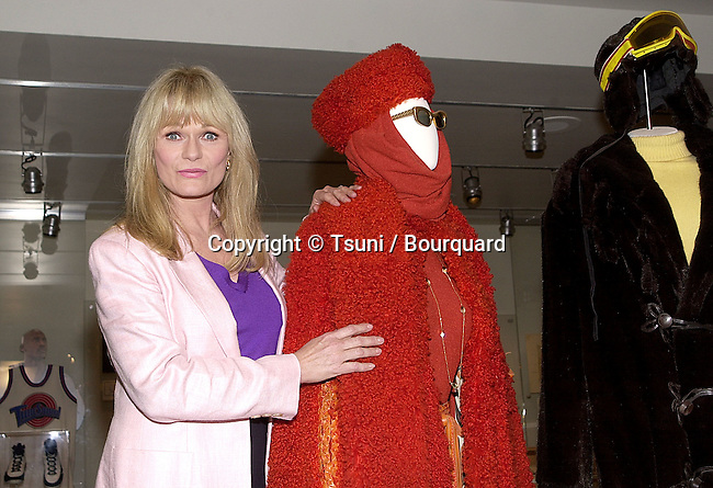 Valerie Perrine posing  at the release on DVD of  Superman the Movie  during a ceremony at the Superman exhibit in Warner Studio Lot in Los Angeles  5/1/2001  © Tsuni          -            PerrineValerie_herCostume01.jpg