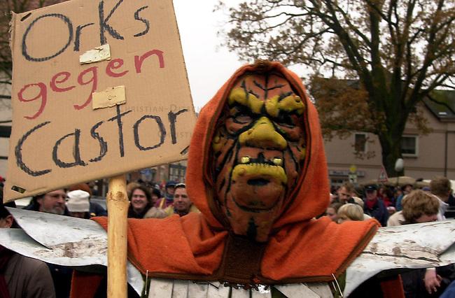 Proteste gegen Castor-Transport<br /> Unter dem Motto &quot;Castor alaaf un helau - De Zoch kuett&quot; zogen am Montag den 11. November 2002 mehrere hundert Atomkraftgegner vom Dannenbeger Marktplatz in Richtung Castor-Verladekran. Sie demonstrierten mit dem Karnevals-Umzug gegen den bevorstehenden Transport von zwoelf Castor-Behaeltern in das niedersaechsische Dannenberg.<br /> 11.11.2002, Dannenberg / Niedersachsen<br /> Copyright: Christian-Ditsch.de<br /> [Inhaltsveraendernde Manipulation des Fotos nur nach ausdruecklicher Genehmigung des Fotografen. Vereinbarungen ueber Abtretung von Persoenlichkeitsrechten/Model Release der abgebildeten Person/Personen liegen nicht vor. NO MODEL RELEASE! Nur fuer Redaktionelle Zwecke. Don't publish without copyright Christian-Ditsch.de, Veroeffentlichung nur mit Fotografennennung, sowie gegen Honorar, MwSt. und Beleg. Konto: I N G - D i B a, IBAN DE58500105175400192269, BIC INGDDEFFXXX, Kontakt: post@christian-ditsch.de<br /> Bei der Bearbeitung der Dateiinformationen darf die Urheberkennzeichnung in den EXIF- und  IPTC-Daten nicht entfernt werden, diese sind in digitalen Medien nach &sect;95c UrhG rechtlich geschuetzt. Der Urhebervermerk wird gemaess &sect;13 UrhG verlangt.]