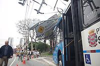 SAO PAULO, SP - 06.10.2015 - ACIDENTE-SP - Motorista perde controle e bate ônibus e atinge poste na avenida Roque Petroni Junior na manhã desta terça-feira (06). Faixa da avenida fica interditada e transito segue lento no sentido Diadema. Duas pessoas ficaram feridas e foram encaminhadas ao Pronto Socorro na região. (Foto: Fabricio Bomjardim/Brazil Photo Press)