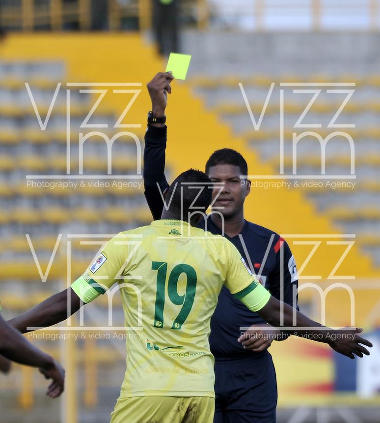 BOGOTA - COLOMBIA -05 -11-2016: Ulises Arrieta, arbitro, muestra tarjeta amarilla a Michael Balanta, jugador de Atletico Bucaramanga, durante partido entre La Equidad y Atletico Bucaramanga, por la fecha 19 de la Liga Aguila II-2016, jugado en el estadio Metropolitano de Techo de la ciudad de Bogota. / Ulises Arrieta, referee, shows yellow card to Michael Balanta, player of Atletico Bucaramanga, during a match La Equidad and Atletico Bucaramanga, for the  date 19 of the Liga Aguila II-2016 at the Metropolitano de Techo Stadium in Bogota city, Photo: VizzorImage  / Luis Ramirez / Staff.