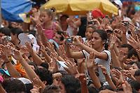 Promesseira fotografa imagem  de Nossa Senhora de Nazaré, que é trazida dentro de um andor na avenida presidente Vargas, uma das principais de Belém ,  durante a maior procissão religiosa do país, que este ano conforme estimativas foi acompanhada por mais de 1,5 milhão de fiéis.<br /> 12/10/2008<br /> Belém, Pará, Brasil.<br /> Foto Paulo Santos/Interfoto