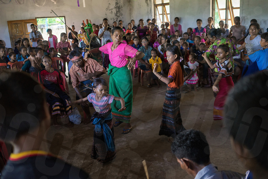 March 25, 2016 - Wainyapu (Indonesia). Woman and girls perform a ritual dancing during the mass hold for Good Friday in the small church of the village. Christian occurrences - such as Christmas and Easter -are celebrated in Wainyapu but are mixed with the traditional Marapu elements such as animal sacrifices and ancestral dancing. © Thomas Cristofoletti / Ruom