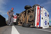 SAO PAULO, 02 DEZEMBRO 2012 - TOMBAMENTO AMBULANCIA - Uma ambulancia tombou na manha desse domingo(2), o acidente aconteceu na Marginal Tiete pista expressa proximo a ponte Cruzeiro do Sul no sentido da Rod. Castelo Branco. Duas pessoas ficaram feridas e foram socorridas a hopital da regiao. FOTO: LUIZ GUARNIERI / BRAZIL PHOTO PRESS.