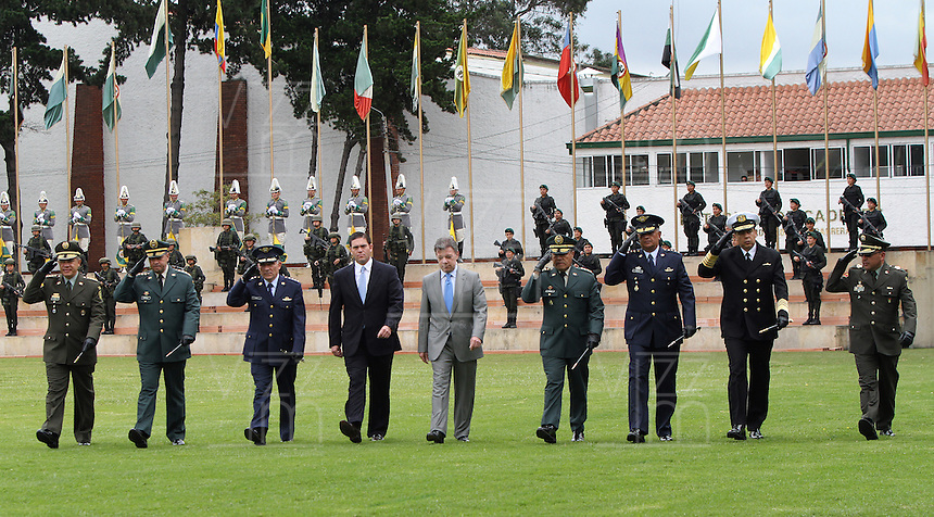 BOGOTA - COLOMBIA- 16 -05-2013: Graduación de 300 Alféreces a subtenientes en la Escuela General Santander de La Policia Nacional ,con la presencia del presidente de la república Juan Manuel Santos ,Juan Pinzón Ministro de Defensa y del director de la Policia Nacional General  José Roberto León Riaño . (Foto: VizzorImage / Felipe Caicedo / Staff). : Graduation 300 Ensigns to Lieutenants in Genaral Santander School of The National Police, with the presence of the President of the Republic Juan Manuel Santos, Juan Pinzon Minister of Defense and National Police Director General Jose Roberto Leon Riano  (Foto: VizzorImage / Felipe Caicedo / Staff).