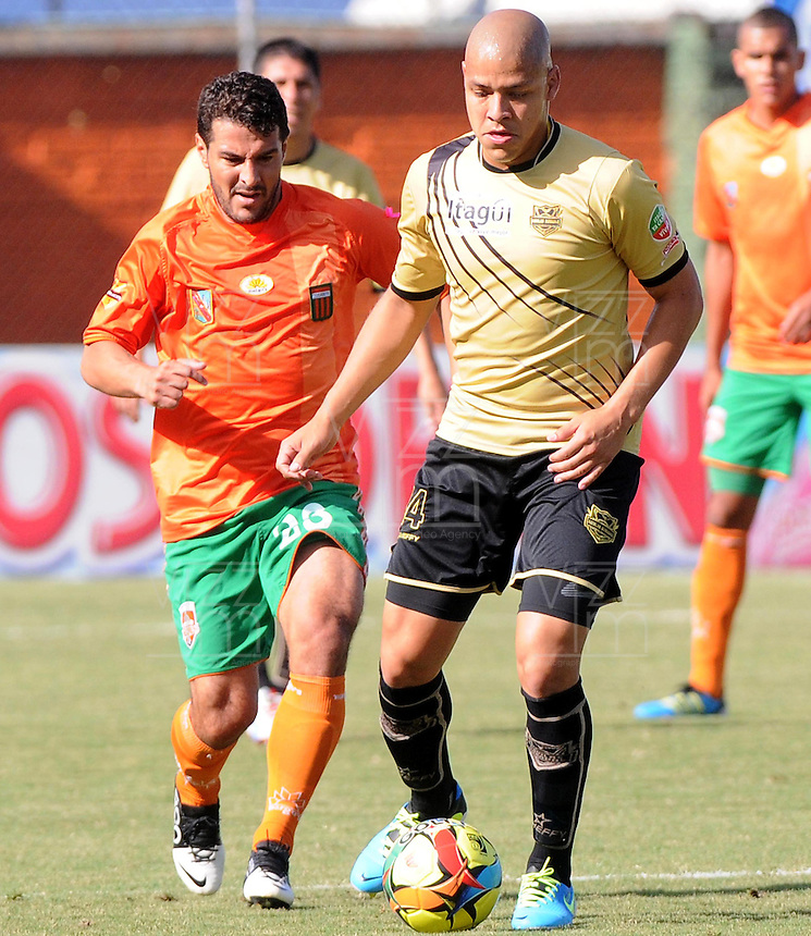 ENVIGADO -COLOMBIA-19-10-2013. Juan Carlos Quintero (I) de Envigado disputa el balón con Gustavo Bolivar (D) Itaguí válido por la fecha 15 de la Liga Postobón II 2013 realizado en el Parque Estadio de la ciudad de Envigado./ Juan Carlos Quintero (L) de Envigado fights for the ball with Itagui player Gustavo Bolivar (R) valid for the 15th date of the Postobon League II 2013 at Parque Estadio in Envigado city.  Photo: VizzorImage/Luis Ríos/STR