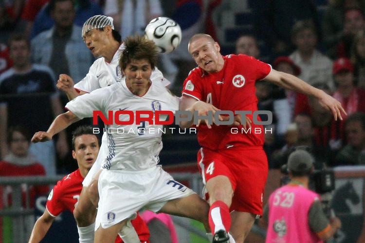 FIFA WM 2006 -  Gruppe G  Vorrunde ( Group G )<br /> Play    #46 (23-Jun) - Schweiz - S&uuml;dkorea<br /> <br /> Philippe Senderos (rechts) von der Schweiz im Kopfball Duell mit Dong Jin Kim (Mitte) und Jin Cheul Choi (links) von Korea.<br /> <br /> Foto &copy; nordphoto