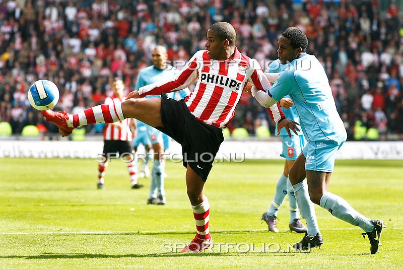 Nederland, Eindhoven, 13 april 2008.Eredivisie.Seizoen 2007-2008.PSV-FC Twente (1-1) .Jefferson Farfan van PSV (l) in duel om de bal met Edson Braafheid van FC Twente (r)