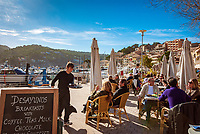 Spanien, Mallorca, Port de Soller: Kuestenort und Endstation der Straßenbahnverbindung von Sóller nach Port de Sóller, Cafes | Spain, Mallorca, Port de Soller: touristy harbour and final tram stop from Sóller to Port de Sóller, cafes