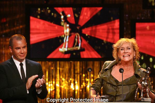 20111030 - Utrecht - FOTO: RAMON MANGOLD - Uitreiking van de Gouden Kalveren in de Stadsschouwburg. Beste Vrouwelijke Bijrol, Beppie Melissen voor haar rol in GOOISCHE VROUWEN..(Links Jeroen van Koningsbrugge)