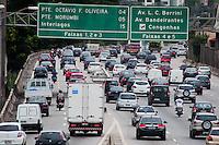SÃO PAULO-SP-04,11,2014-TRÂNSITO SÃO PAULO - O motorista enfrenta lentidão e grande fluxo na Marginal Pinheiros sentido Interlagos.Local:Ponte Eusébio Matoso,região oeste da cidade de São Paulo na tarde dessa terça-feira,04(Foto:Kevin David/Brazil Photo Press)