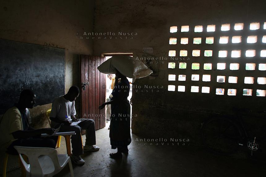Una donna con in testa un sacco di mais durante la distribuzione del mais da parte del WFP.<br /> A woman carry her food during a food distribution in Malawi