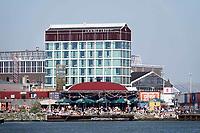 Nederland -  Amsterdam -  april 2019.    Hilton DoubleTree hotel en Pllek op de NDSM-Werf.   Foto Berlinda van Dam / Hollandse Hoogte