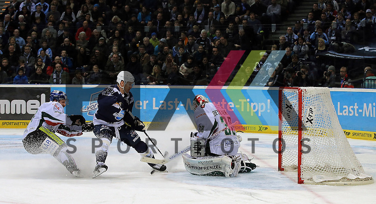 Eishockey DEL 2015 / 16 - 17.01.2016 - 38. Spieltag Hamburg Freezers vs. Augsburger Panther<br /> <br /> Foto: v.l. Thomas Holzmann (Ausgsburg), Jerome Flaake (Hamburg) und Goalie Jeff Deslauriers (Ausgsburg)  beim Spiel in der DEL, Hamburg Freezers - Augsburger Panther.<br /> <br /> Foto &copy; PIX-Sportfotos *** Foto ist honorarpflichtig! *** Auf Anfrage in hoeherer Qualitaet/Aufloesung. Belegexemplar erbeten. Veroeffentlichung ausschliesslich fuer journalistisch-publizistische Zwecke. For editorial use only.