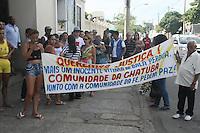 RIO DE JANEIRO, RJ, 22.02.2017 - SEPULTAMENTO-RJ - Um morador do morro da Fé na Penha, zona norte do Rio, foi atingido por uma bala perdida e morreu, na segunda-feira (20). Gutemberg Pereira de Souza, de 41 anos, chegou a ser socorrido no Hospital Estadual Getúlio Vargas, que fica próximo ao conjunto de favelas da Penha, mas não resistiu aos ferimentos e foi sepultado no Cemitério do Caju nesta quarta-feira, 22. (Foto: Celso Barbosa/Brazil Photo Press)