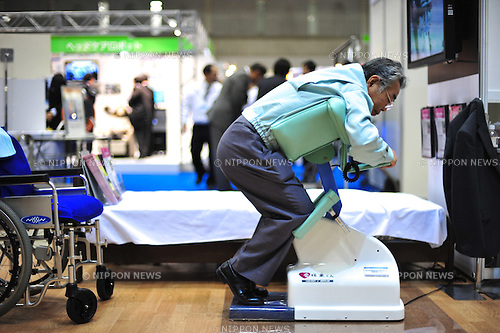 October 17, 2012, Tokyo, Japan - Aijou Kun by ARTPLAN is displayed during Japan Robot Week 2012 at the Tokyo Bigsight. It is a nursing-care robot, which helps to move a person to sit on the wheel chair. This exhibition is held to showcase new robots and high technology equipments for visiters. Japan Robot Week 2012 runs from October 17 - 19. (Photo by Yumeto Yamazaki/AFLO)