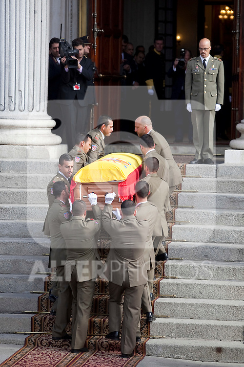 Members of the military carry the coffin of former Spanish Prime Minister Adolfo Suarez to the Spanish Parliament in Madrid, Spain. March 24, 2014. (ALTERPHOTOS/Victor Blanco)