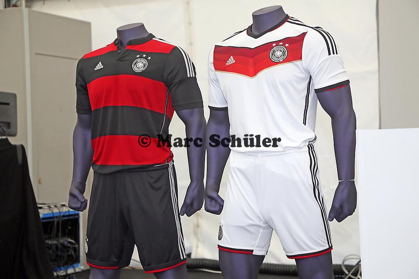 Trikots für die Weltmeisterschaft - Pressekonferenz der Deutschen Nationalmannschaft zur WM-Vorbereitung in St. Martin