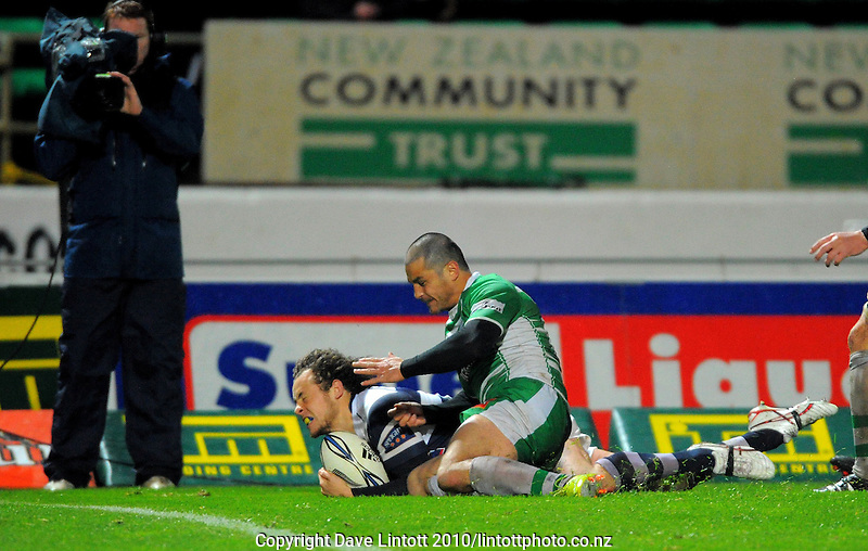 Auckland's Dave Thomas beats Shannon Paku to slide over for the bonus point try. ITM Cup rugby - Manawatu Turbos v Auckland at FMG Stadium, Palmerston North, New Zealand on Friday, 17 September 2010. Photo: Dave Lintott/lintottphoto.co.nz