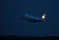 """Berlin, Das Flugzeug des US-amerikanischen Praesidenten Barack Obama, die """"Airforce One"""", startet am Mittwoch (19.06.13) auf dem Flughafen Tegel in Berlin nach dem Staatsbesuch des Praesidenten und seiner Familie in Deutschland. Foto: Georg Hilgemann/CommonLens"""