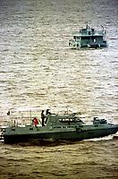 Em porto de Vila doConde, Barcarena Pará, lanchas da Capitania dos Portos auxiliam no controle das embarcações que passam próximo ao local do acidente que levou ao fundo uma balsa com 1.800.000t de óleo a serviço da Texaco.<br />25/02/2000.<br />Foto Paulo Santos/Interfoto