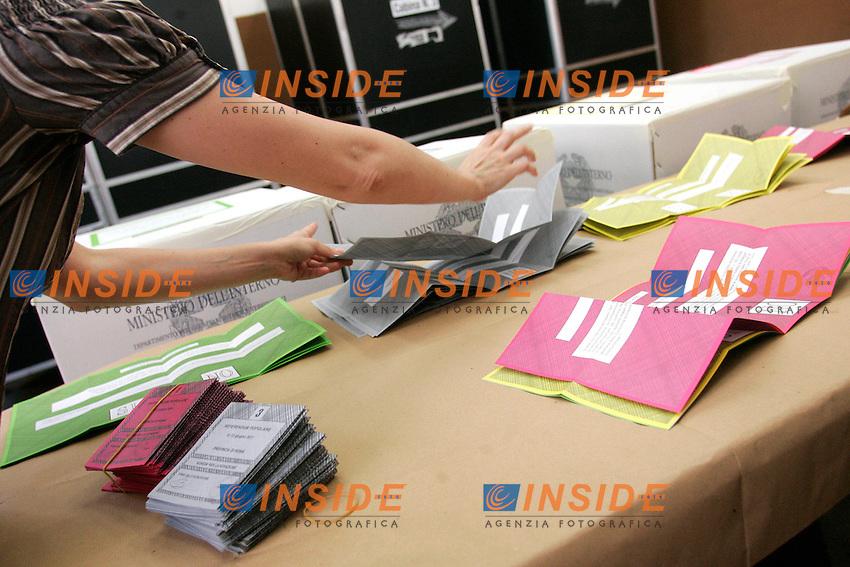 SCHEDE ELETTORALI.Roma 12/06/2011 Referendum 2011 su acqua, nucleare e legittimo impedimento. Seggio elettorale di Via Panisperna..Photo Insidefoto