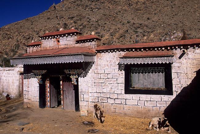 CHINA, TIBET, NEAR LHASA, VILLAGE, FARM HOUSES