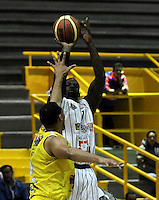 BOGOTA - COLOMBIA - 22-04-2013: Fahnbullen (Der.) de Piratas de Bogotá, disputan el balón con Trocha (Izq.) de Bucaros de Bucaramanga, abril 22 de 2013. Piratas y Bucaros en la tercera fecha de la fase II de la Liga Directv Profesional de baloncesto en partido jugado en el Coliseo El Salitre. (Foto: VizzorImage / Luis Ramírez / Staff).  Fahnbullen (R) of Piratas from Bogota, fight for the ball with Trocha (L) of Bucaros from Bucaramanga, April 22, 2013. Pirates and Bucaros in the third match of the phase II of the Directv Professional League basketball, game at the Coliseum El Salitre. (Photo: VizzorImage / Luis Ramirez / Staff).