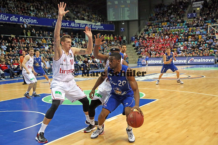 Daniel Theis (Bamberg) gegen Sean Armand (Skyliners) - Fraport Skyliners vs. Brose Baskets Bamberg, Fraport Arena Frankfurt