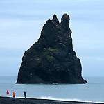 D apres une legende locale, deux geants auraient tente de rapprocher les iles Feroe de l Islande aÃÄ l,Äôaide de cordes. Ils auraient eÃÅchoues et laisses derriere eux ces etranges aiguilles de tuf offrant un asile de choix a des millions de mouettes, petrels, guillemots et pingouins.