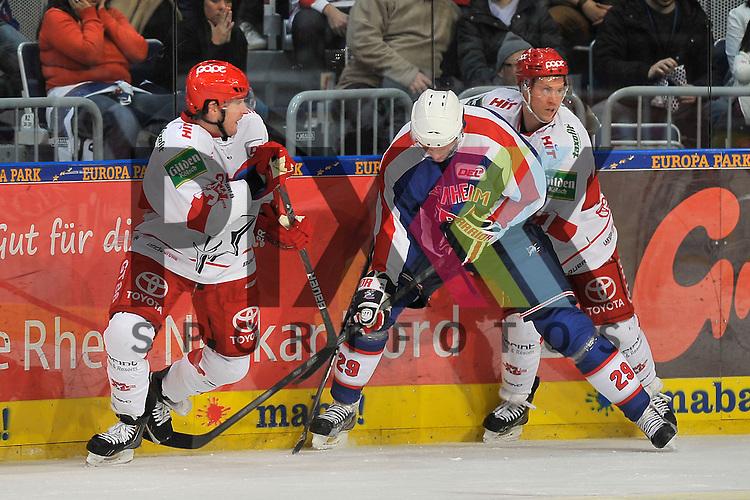 Mannheims Denis Reul (Nr.29) gegen Koelns Christopher Minard (Nr.39) und rechts Koelns Andreas Falk (Nr.71)  beim Spiel in der DEL, Adler Mannheim - Koelner Haie<br /> <br /> Foto &copy; Ice-Hockey-Picture-24 *** Foto ist honorarpflichtig! *** Auf Anfrage in hoeherer Qualitaet/Aufloesung. Belegexemplar erbeten. Veroeffentlichung ausschliesslich fuer journalistisch-publizistische Zwecke. For editorial use only.