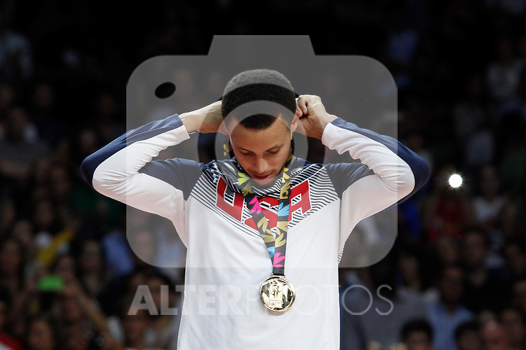 United State´s Curry poses with the golden medal during FIBA Basketball World Cup Spain 2014 final award ceremony after winning against Serbia at `Palacio de los deportes´ stadium in Madrid, Spain. September 14, 2014. (ALTERPHOTOSVictor Blanco)