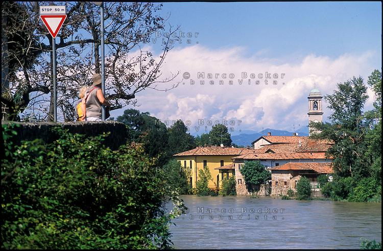 Il fiume Adda in piena presso Canonica d'Adda (Bergamo) --- The river Adda in flood near Canonica d'Adda (Bergamo)