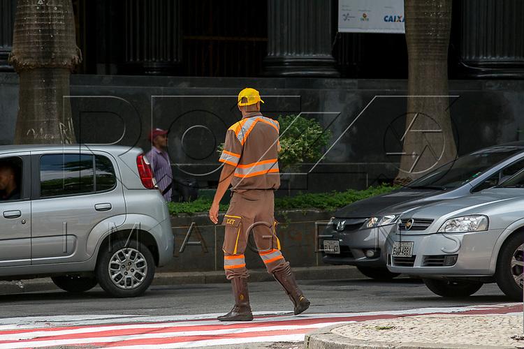 Agente de trânsito controlando o tráfego no centro, São Paulo - SP, 03/2017.
