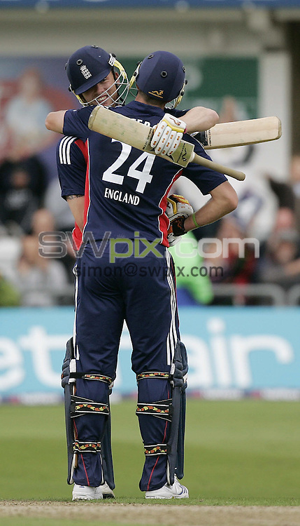 PICTURE BY SIMON WILKINSON/SWPIX.COM - Cricket - Natwest Series 1st ODI - England v South Africa - Headingley, Leeds, England - 22/08/08...Copyright - Simon Wilkinson - 07811267706...England's Kevin Pietersen and Andrew Flintoff.